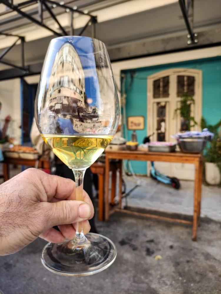 כוס יין • שוק תלפיות בחיפה (צילום: גלעד שטיין)