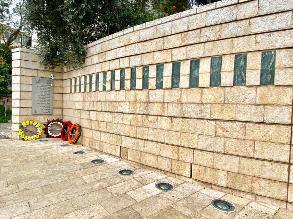 הנחת זרים באנדרטאות (צילום: ראובן כהן, דוברות עיריית חיפה)