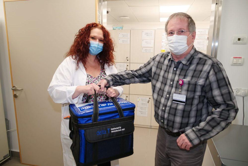 """ד""""ר הלברטל, מנהל רמב""""ם - הגעת החיסונים לרמב""""ם (צילום: הקריה הרפואית רמב""""ם)"""