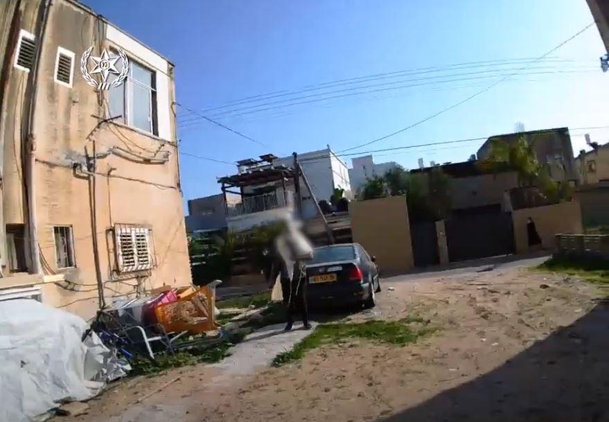 חולה קורונה יצא מביתו (צילום: משטרת ישראל)