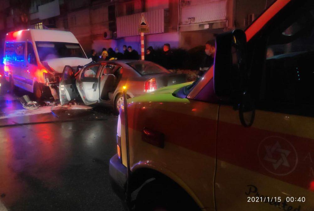 """הרוג ופצוע בתאונת דרכים חזיתית בקריית מוצקין (צילום: מד""""א)"""