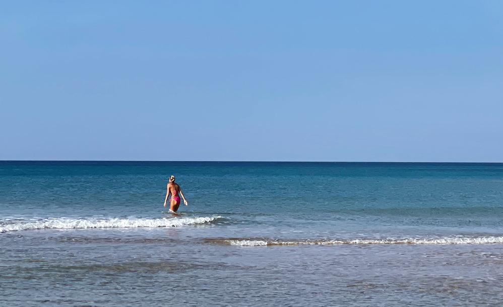 חופי חיפה - אשה נכנסת לשחות במים בחורף (צילום: ירון כרמי)