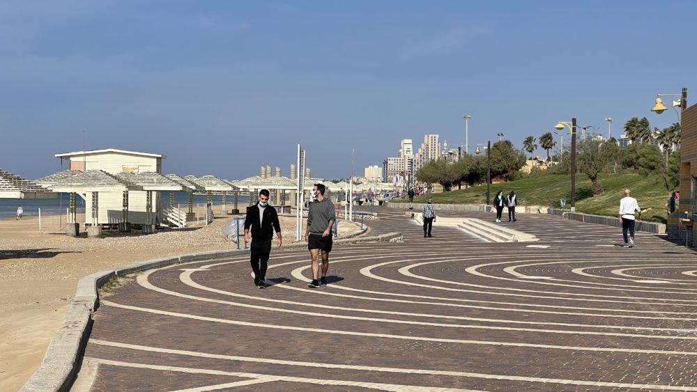 חוף דדו במהלך הסגר השלישי (צילום: ירון כרמי)