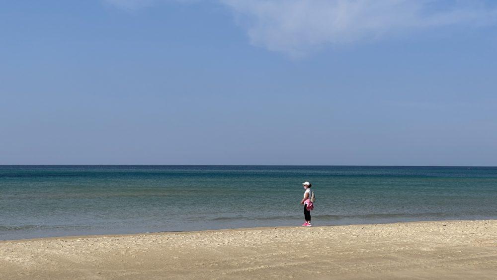 אשה צופה על הים הכחול - מסלול ההליכה לכיוון עתלית - חופי טירת כרמל - סגר הקורונה (צילום: ירון כרמי)