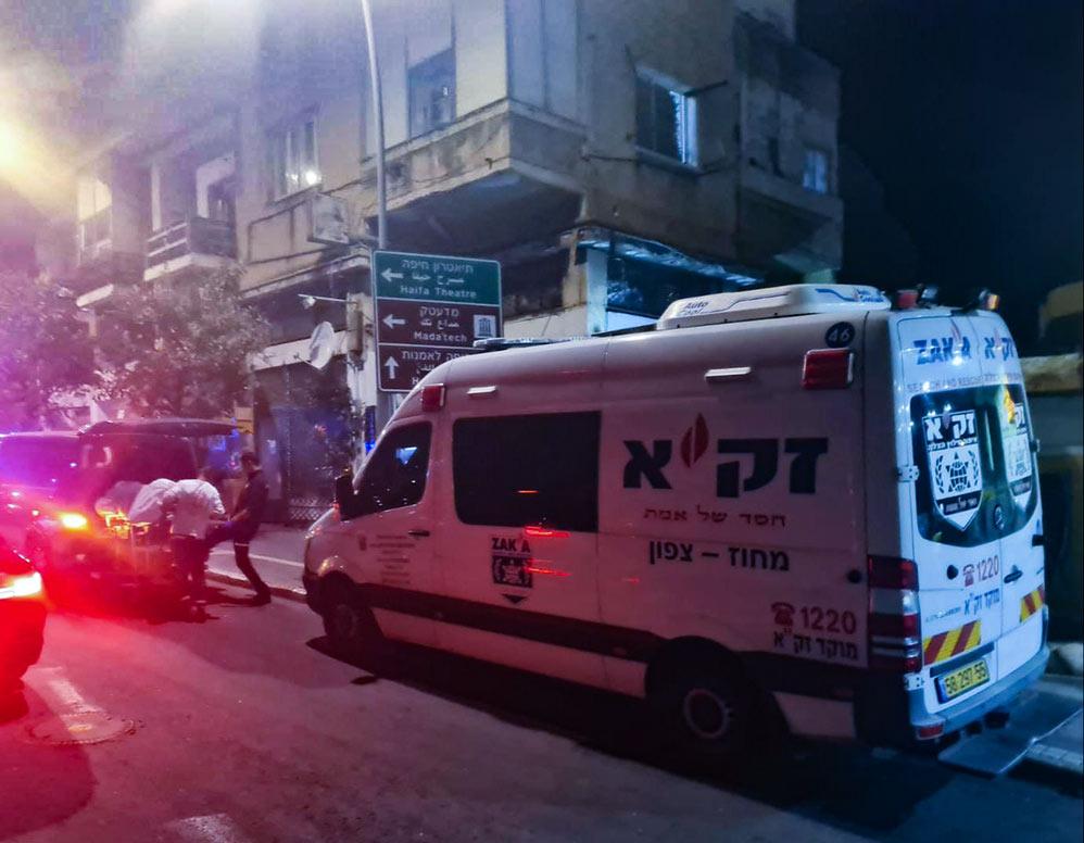 """גופת גבר גלמוד במצב ריקבון ברחוב החלוץ בחיפה (צילום: זק""""א)"""