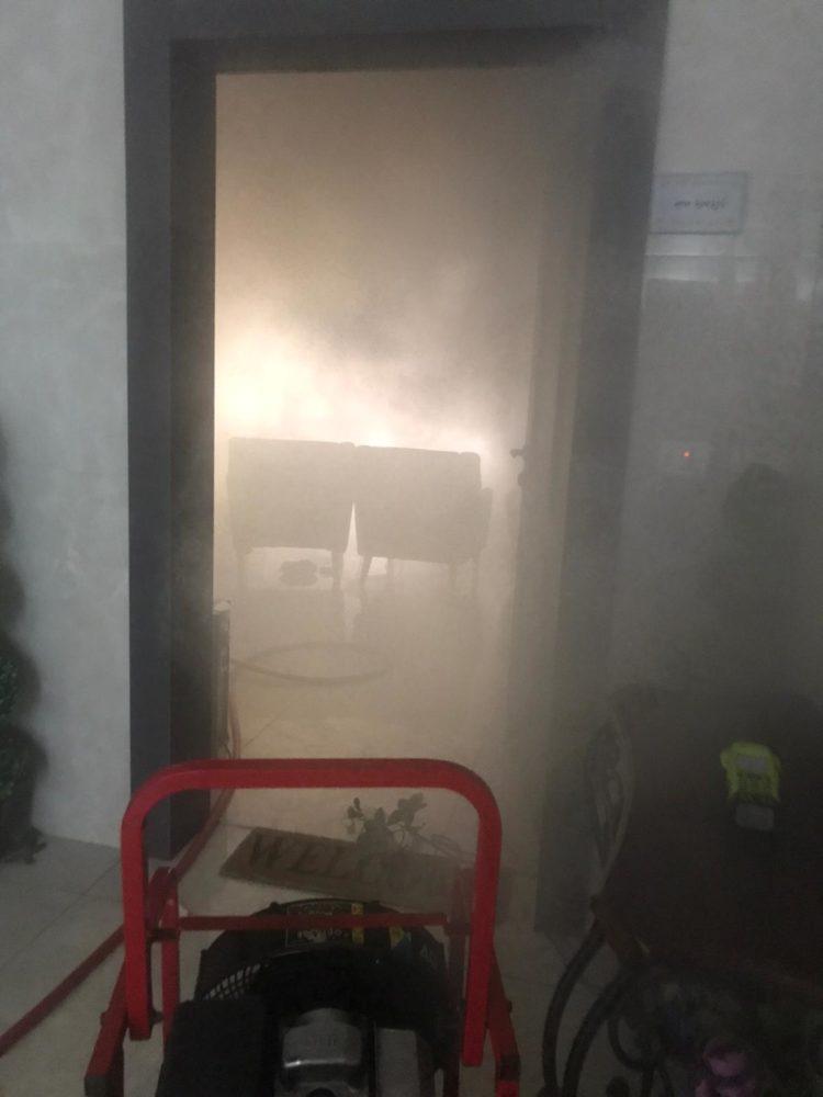 מפוח לפינוי עשן   שרפה בדירה ברחוב דוד מרכוס בחיפה (צילום: כבאות והצלה)