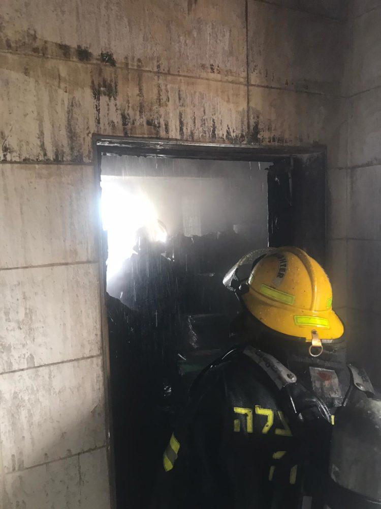 כבאי בפעולה   שרפה בדירה ברחוב דוד מרכוס בחיפה (צילום: כבאות והצלה)