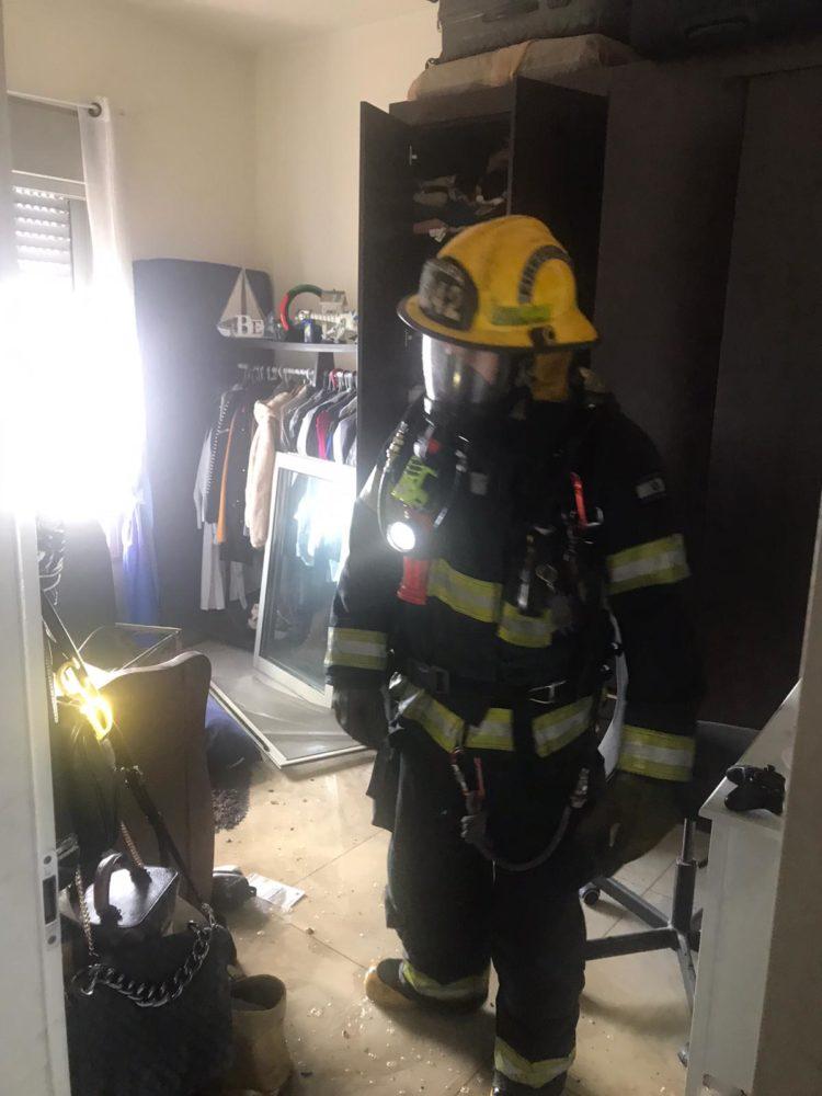 כבאי   שרפה בדירה ברחוב דוד מרכוס בחיפה (צילום: כבאות והצלה)
