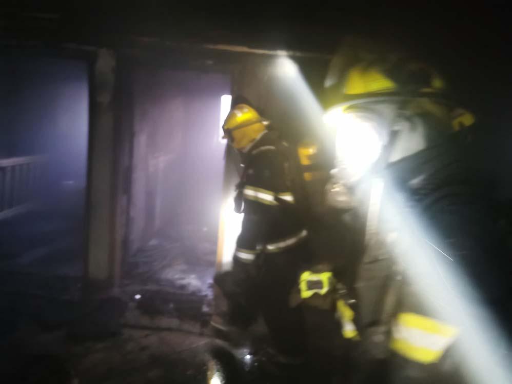 כבאים בפעולה • השרפה הכפולה בדירה ברחוב רבי שלום שרעבי בחיפה (צילום: כבאות והצלה)