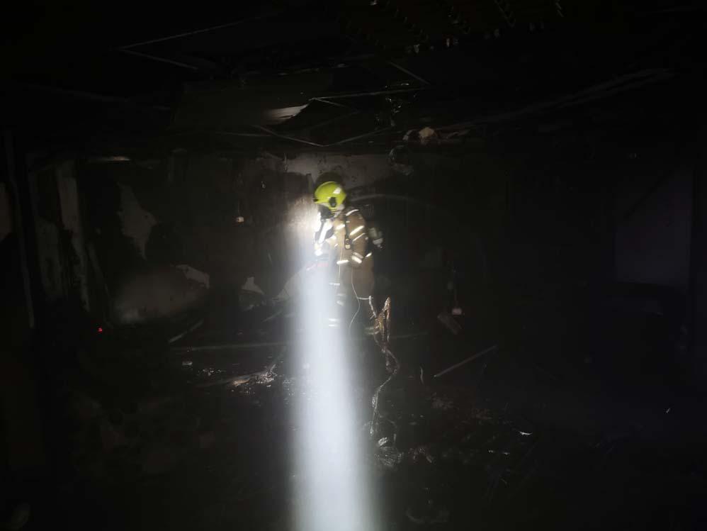 כבאי בשרפה הכפולה בדירה ברחוב רבי שלום שרעבי בחיפה (צילום: כבאות והצלה)