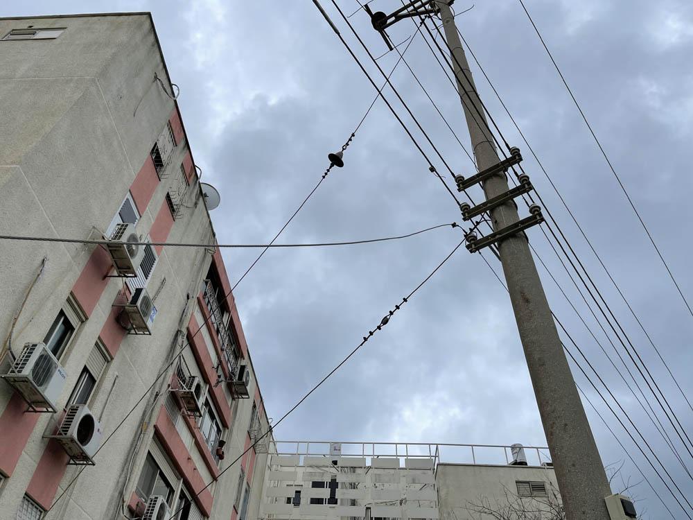 הפסקת חשמל - כבל מתח נקרע - עובדי חברת החשמל במקום (צילום: ירון כרמי)