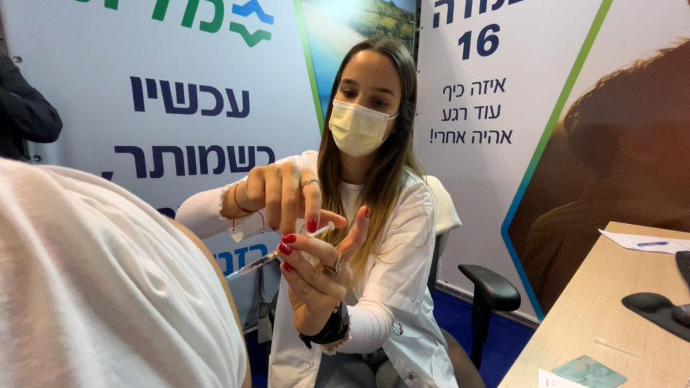 אחות מחסנת נגד קורונה • מתחם חיסוני קורונה ענק של כללית נפתח במרכז הקונגרסים בחיפה (צילום: ירון כרמי)