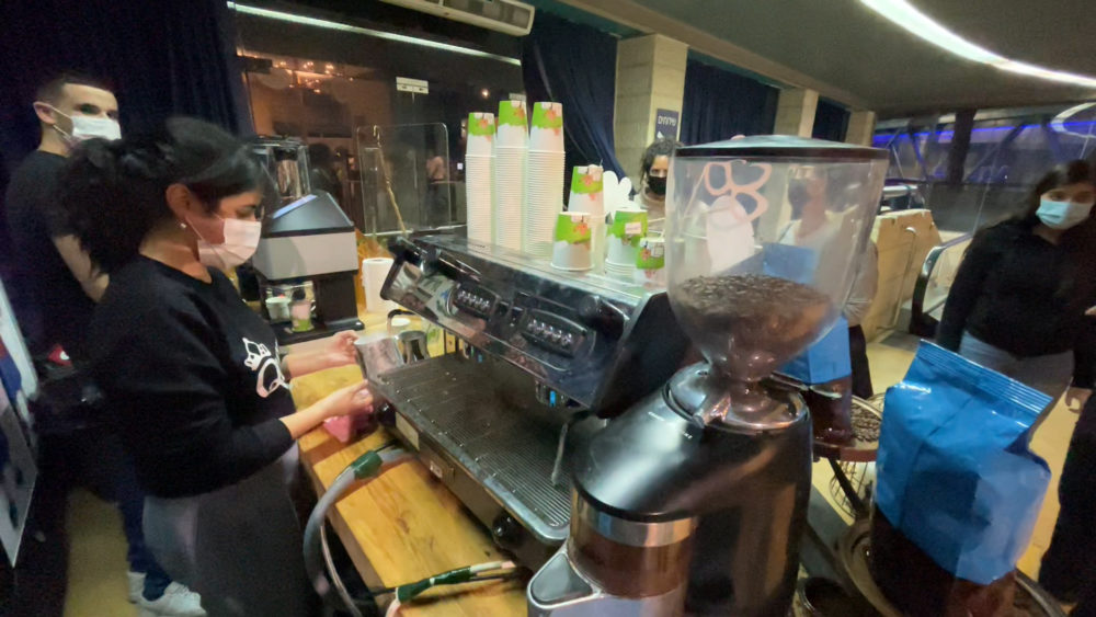 עמדת קפה למתחסנים • מתחם חיסוני קורונה ענק של כללית נפתח במרכז הקונגרסים בחיפה (צילום: ירון כרמי)
