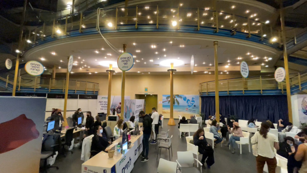 אולם הקבלה • מתחם חיסוני קורונה ענק של כללית נפתח במרכז הקונגרסים בחיפה (צילום: ירון כרמי)