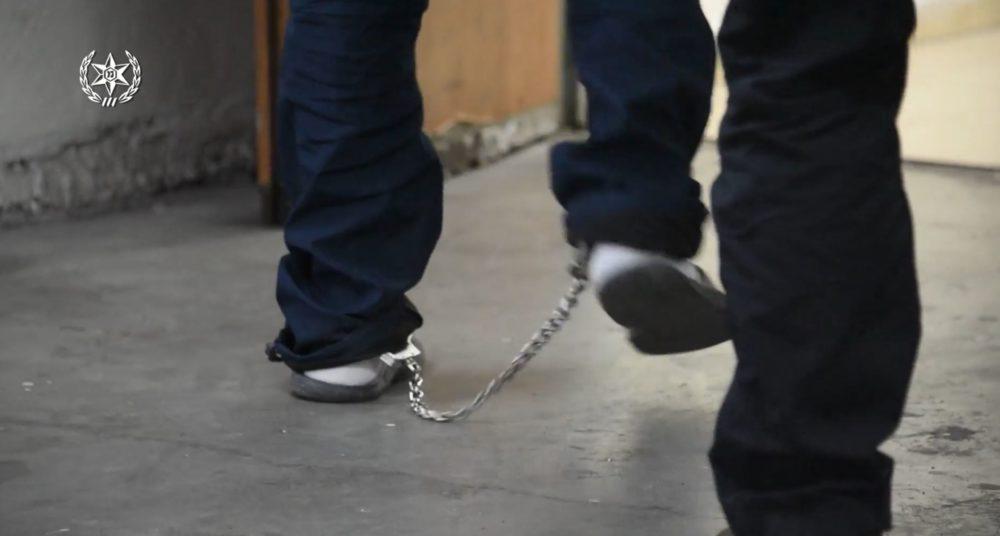 עצור באזיקים (צילום: משטרת ישראל)