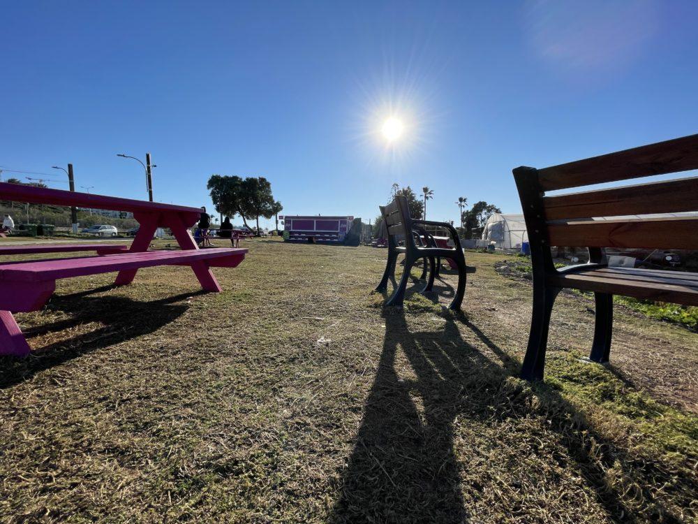פוד טראק סגור וספסלים ריקים בעת הסגר (צילום: ירון כרמי)