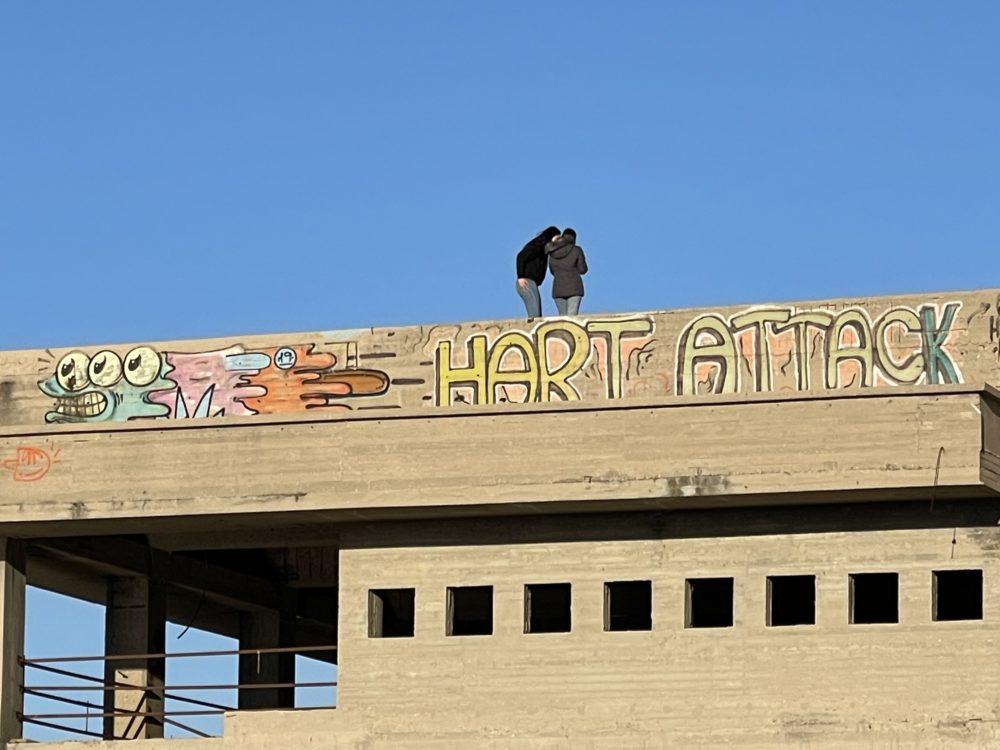 מטיילות על גג מבנה הקזינו הנטוש (צילום: ירון כרמי)