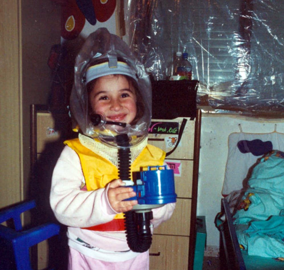 ילדה עם ברדס נגד חומר לחימה כימי (אלבום פרטי - יוסי בן ארצי)