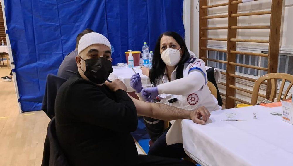 """מבצע חיסונים בדליה (צילום מד""""א)"""