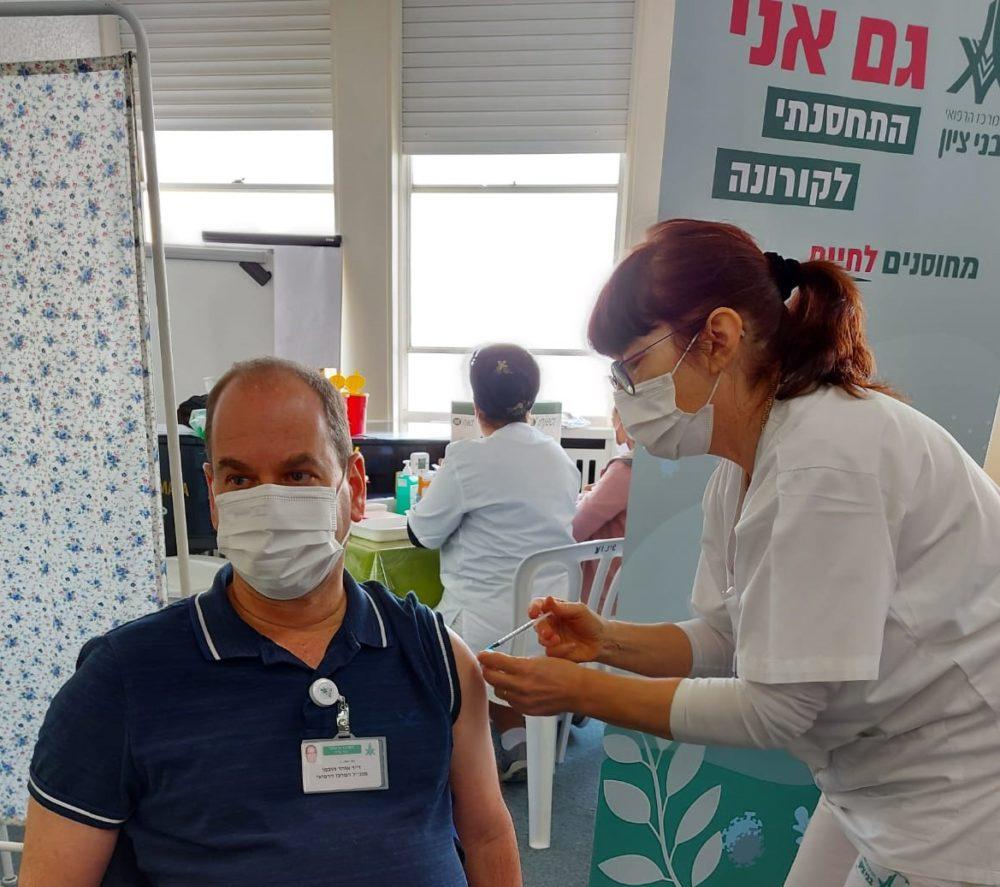 """מנכ""""ל המרכז הרפואי בני ציון ד""""ר אוהד הוכמן היה הבוקר ראשון המתחסנים בביה""""ח בחיסון השני נגד וירוס הקורונה (צילום: אמי זוארץ)"""