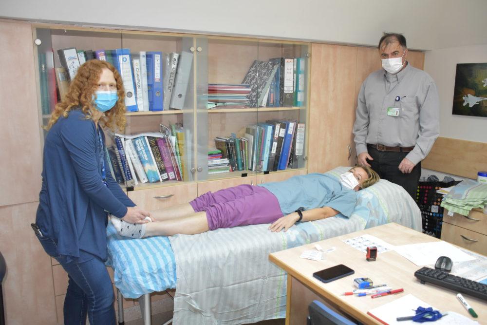 פרופ' בן אריה ומטפלת בטיפול באשת צוות רפואי ממחלקת קורונה (צילום: אלי דדון)