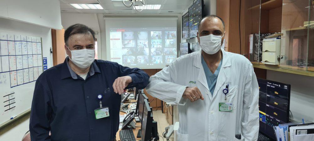 """פרופ' בן אריה וד""""ר קאסם במחלקת קורונה בכרמל (צילום: אלי דדון)"""