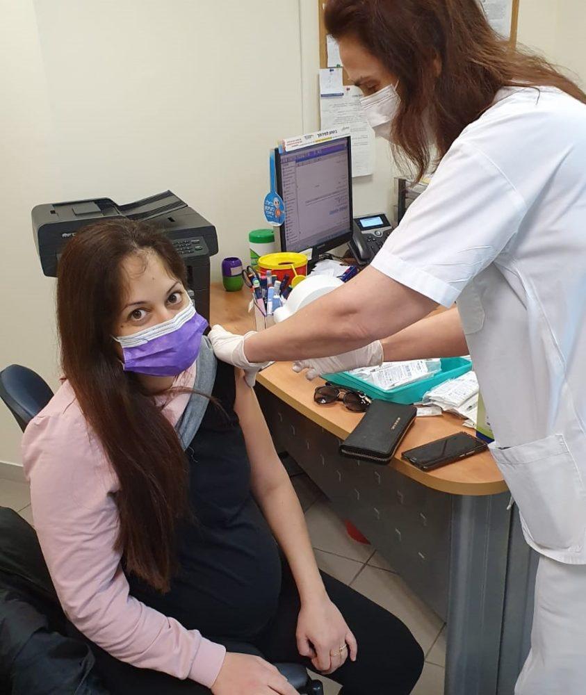 ניצן נישליס מתחסנת לקורונה בהריון (צילום: דוברות כללית)