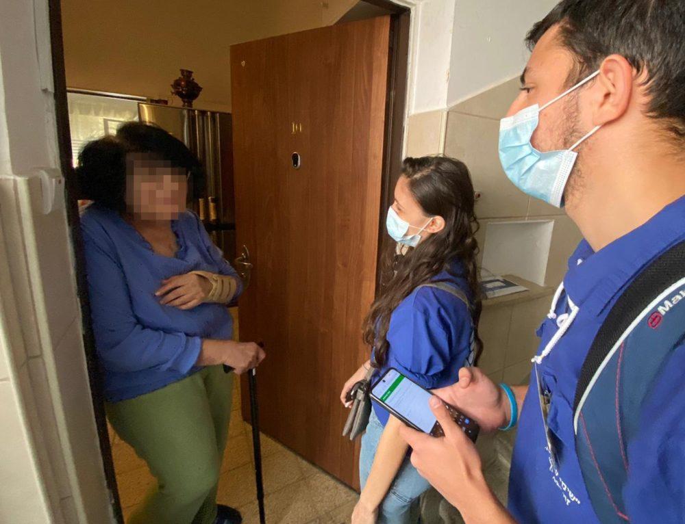 תלמידים עוברים דלת דלת בבתי הקשישים (צילום: ראובן כהן, דוברות עיריית חיפה)