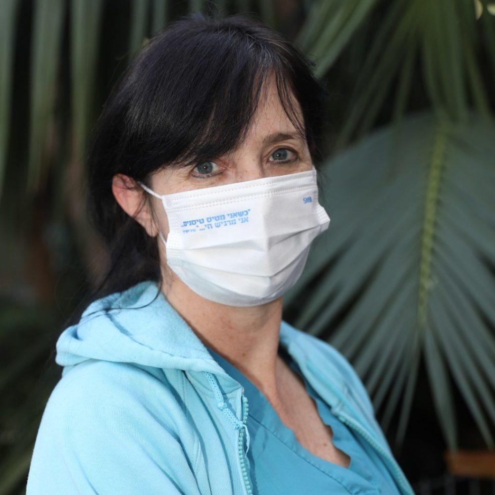 """שרון קראוס, סגנית אחות אחראית בפנימית ד' ברמב""""ם עוטה את המסיכה לזכרו של סגן ניר לקריף.  צילום: הקריה הרפואית רמב""""ם."""