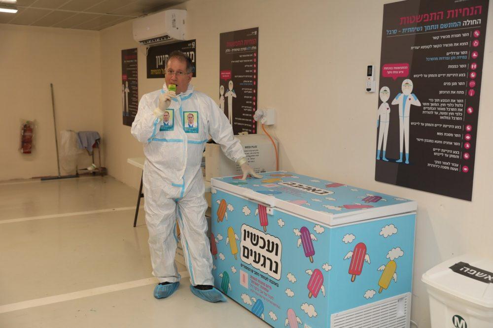 """דר' מיקי הלברטל, מנהל רמב""""ם, מתרענן אחרי שהיה במתחם התת-קרקעי לטיפול בחולי קורונה ברמב""""ם (צילום: הקריה הרפואית רמב""""ם)"""