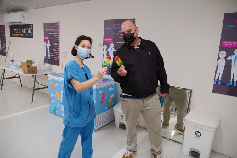 """אלעד בוקר ומירב גבירצמן ממחלקת ריפוי בעיסוק, חולקים רגע מתוק ברמב""""ם (צילום: הקריה הרפואית רמב""""ם)"""