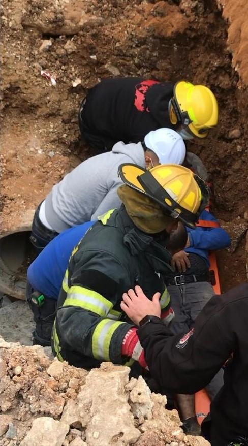 חילוץ אדם שנפל לבור (צילום: כבאות והצלה)