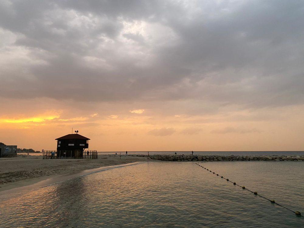 שקיעה בחוף הים (צילום: אקי פלקסר)