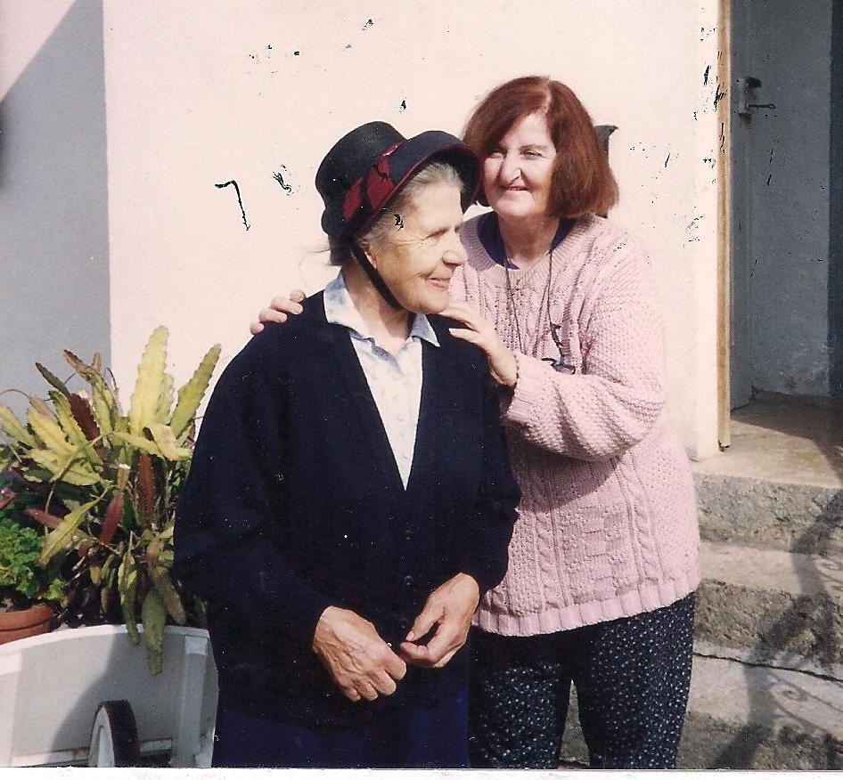 """מחברת הספר - סימון עם הצרפתיה שהצילה אותה - חסידת אומות העולם הגב' אולגה קפיטן במפגש אחרי 50 שנה מימי השואה, צולם ע""""י הביתן בצרפת"""