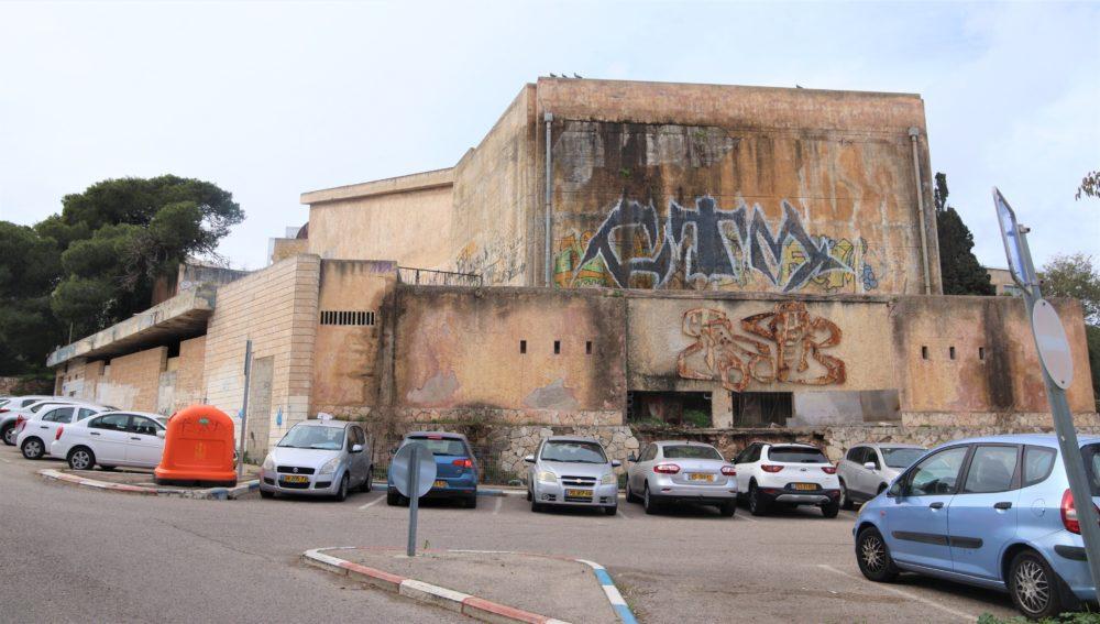 קולנוע שביט - מבנה נטוש באמצע הכרמל (צילום: עומר מוזר)