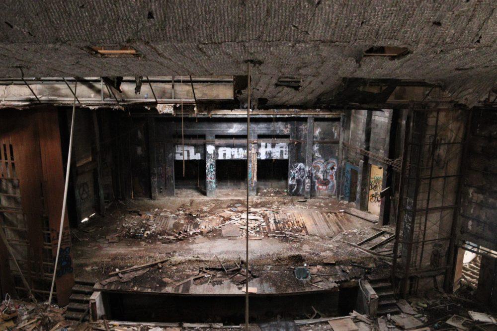 קולנוע שביט - מבנה נטוש באמצע הכרמל - מבט עדכני  מתוך המבנה (צילום: עומר מוזר)