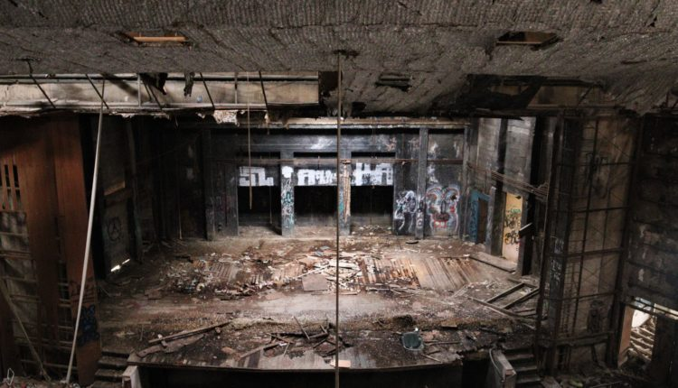 קולנוע שביט – מבנה נטוש באמצע הכרמל – מבט עדכני  מתוך המבנה (צילום: עומר מוזר)