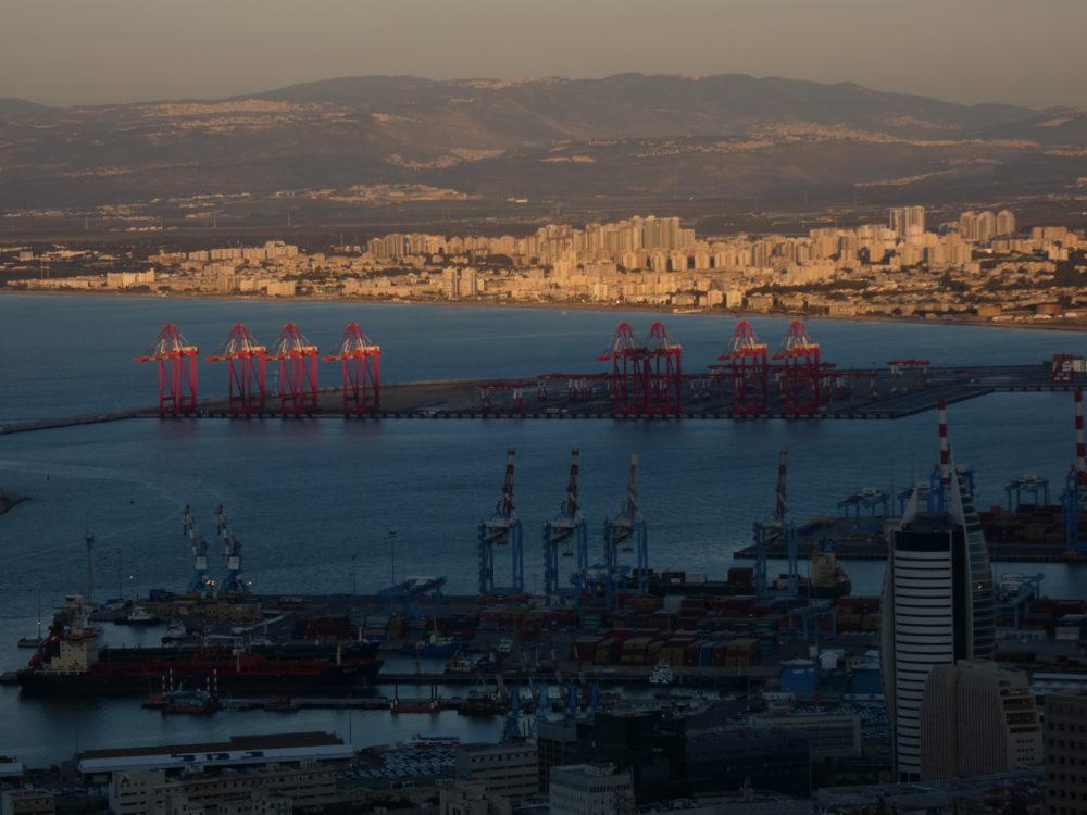נמל המפרץ וברקע קריית חיים - חיפה (צילום: יעל הורוביץ)