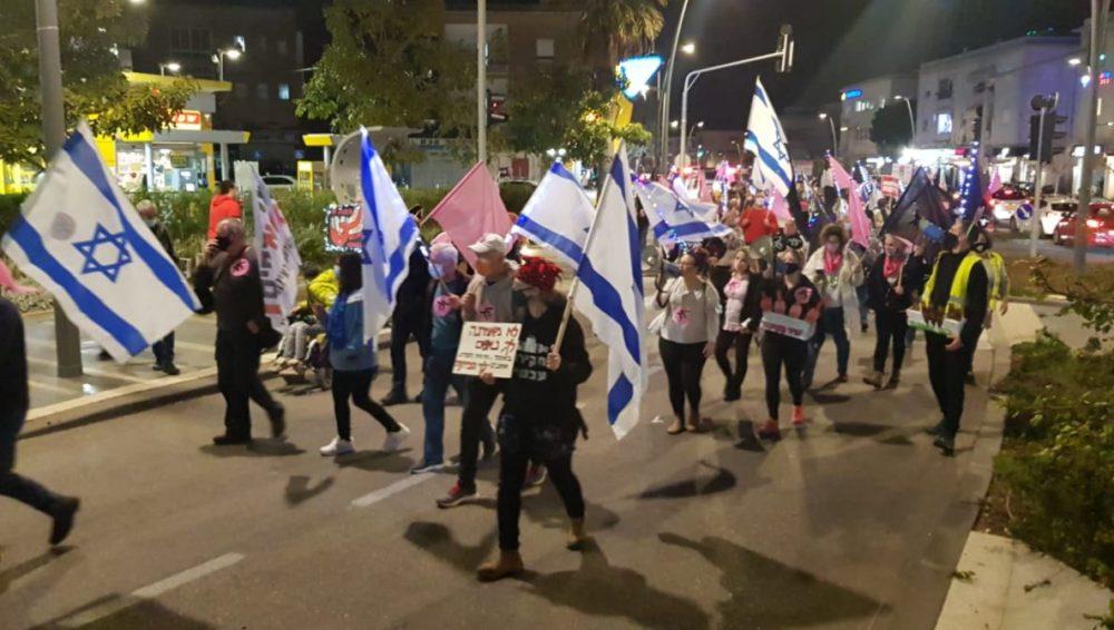 הפגנה במרכז הכרמל (צילום: מאיה שפירר אבני)