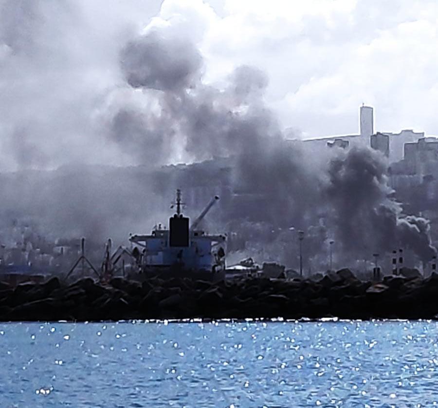 שרפה ברחוב קיבוץ גלויות בחיפה | חנות חומרי חשמל נשרפה כליל (צילום: מנדי שפונד)