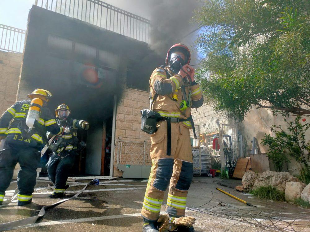 כבאים בפעולה • שרפה ברחוב קיבוץ גלויות בחיפה | חנות חומרי חשמל נשרפה כליל (צילום: כבאות והצלה חיפה)