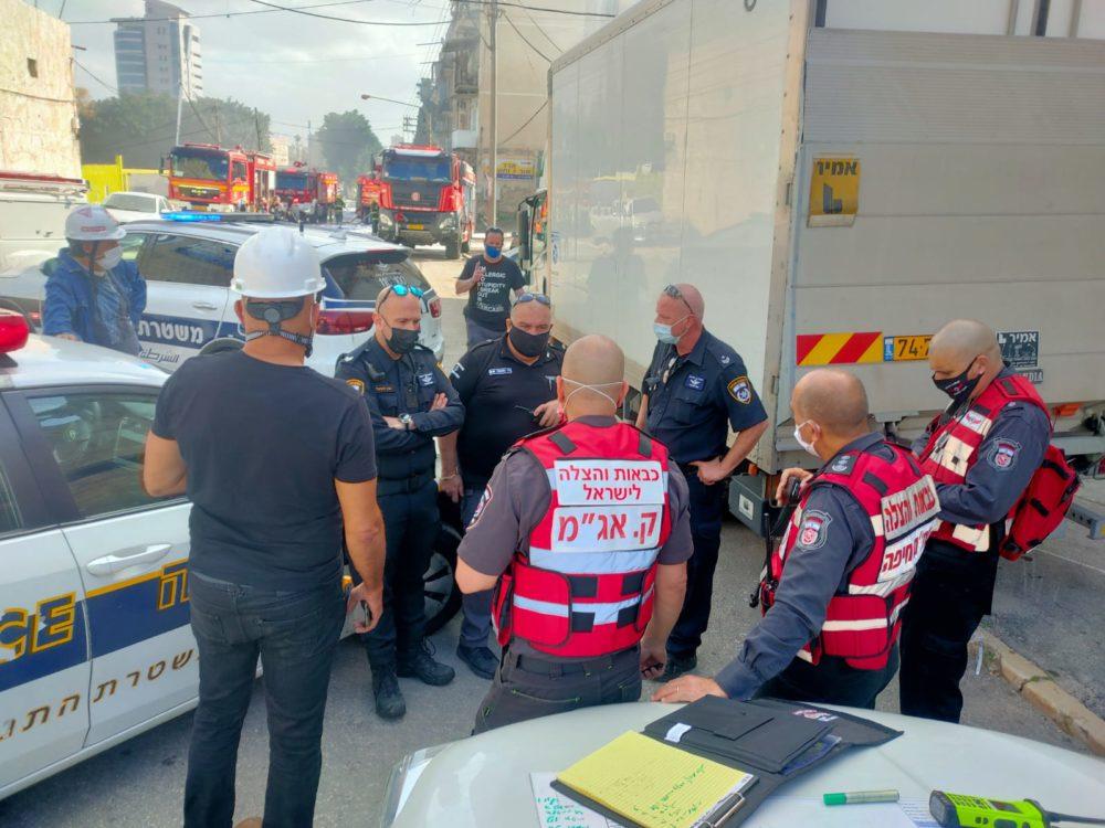 מפקדי האירוע • שרפה ברחוב קיבוץ גלויות בחיפה • חנות חומרי חשמל נשרפה כליל (צילום: כבאות והצלה חיפה)