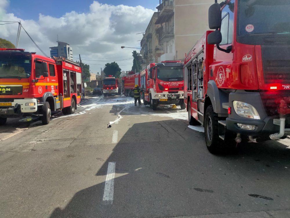 כבאיות • שרפה ברחוב קיבוץ גלויות בחיפה | חנות חומרי חשמל נשרפה כליל (צילום: כבאות והצלה חיפה)