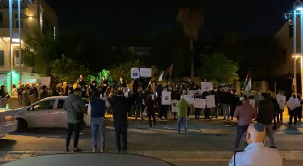 תקיפת שוטר   הפגנה בשדרות בן גוריון בחיפה (צילום: משטרת ישראל)