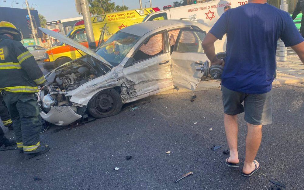"""תאונת דרכים בצומת דולפין בחיפה  (צילום: מד""""א)"""