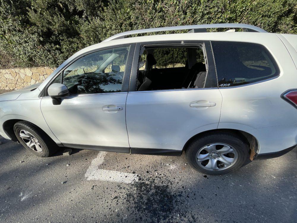 נזק למכונית - חיפה - רחוב אדמונד פלג - אדם מתבצר על הגג, זורק אבנים ומאיים להתאבד (צילום: חי פה)
