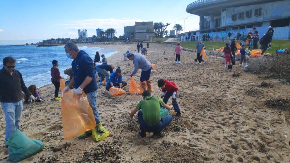 אסון הזפת - מתנדבים מנקים את חופי חיפה (צילום: ירון חנן)