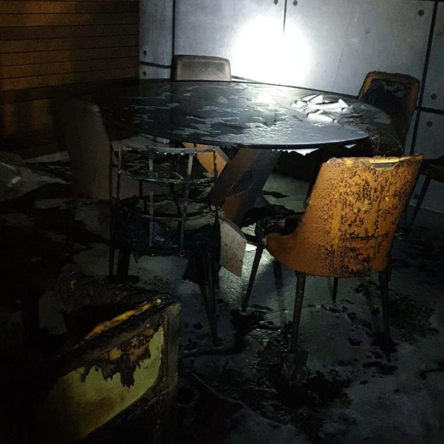 משרד שנשרף במוסך בנשר (צילום: כבאות והצלה)