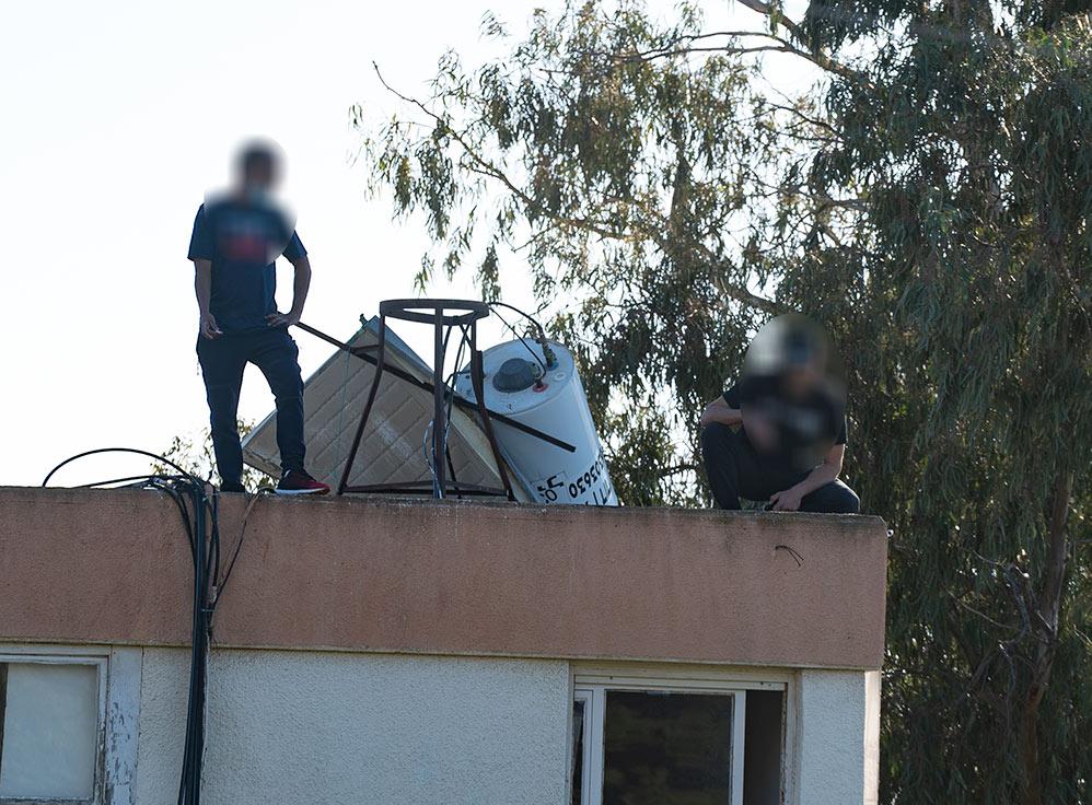 גיבור היום הוא החבר שעלה לגג, הציע לצעיר סיגריה, הרגיע אותו ושכנע אותו לרדת מהגג - צעיר השתולל על הגג באדמונד פלג (צילום: חי פה)