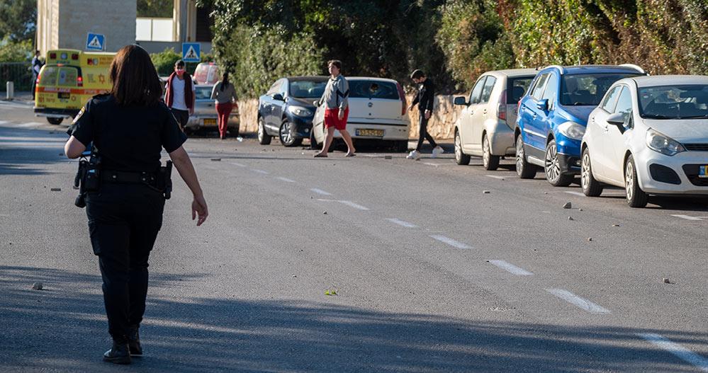 רחוב אדמונד פלג מכוסה באבנים - חיפה - רחוב אדמונד פלג - אדם מתבצר על הגג, זורק אבנים ומאיים להתאבד (צילום: חי פה)